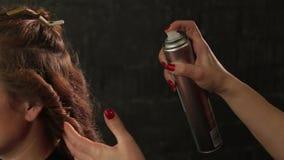Mistrzowski fryzjer z mustach tytułowania włosy z kiścią Rudzielec dziewczyna zbiory wideo