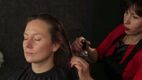 Mistrzowski fryzjer z mustach tytułowania włosy z kiścią Rudzielec dziewczyna zdjęcie wideo