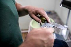Mistrzowski ostrzenie nóż na specjalnym wyposażeniu obrazy royalty free
