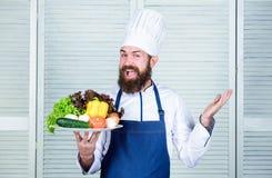 Mistrzowski szef kuchni u?ywa tylko eco ?yczliwego produkt Eco i organicznie poj?cie Wybiera najlepszy sk?adniki Mężczyzny szczęś obrazy royalty free