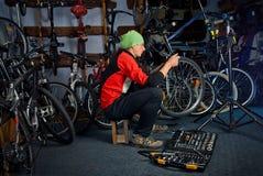 Mistrzowskie rower naprawy w warsztacie 13 Fotografia Stock