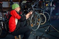 Mistrzowskie rower naprawy w warsztacie 10 Obraz Royalty Free