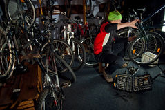 Mistrzowskie rower naprawy w warsztacie 18 Zdjęcie Royalty Free
