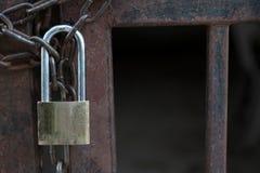 Mistrzowskiego klucza kędziorek z łańcuchem na stalowej bramie zdjęcie royalty free
