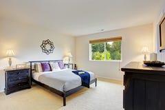 Mistrzowskiej sypialni wnętrze z bezcelowość gabinetem Obraz Royalty Free