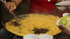 Mistura completa do arroz amarelo e colocação em uma bacia Close-up video estoque