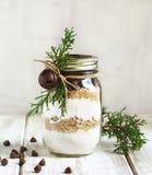 Mistura da cookie dos pedaços de chocolate para o presente do Natal Foto de Stock