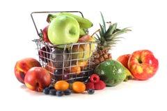 Mistura da fruta na cesta de compra Foto de Stock Royalty Free