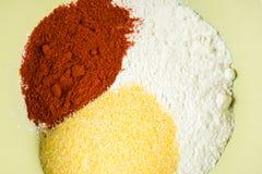 Mistura da paprika da farinha e da farinha de milho vermelhas na bacia Fotografia de Stock Royalty Free