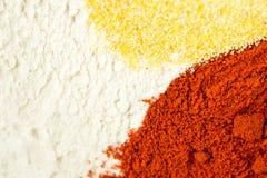 Mistura da paprika da farinha e da farinha de milho vermelhas na bacia Imagem de Stock