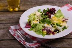 Mistura da salada verde, ainda vida no fundo de madeira rústico Imagens de Stock