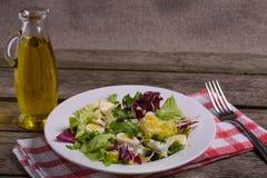 Mistura da salada verde, ainda vida no fundo de madeira rústico Imagens de Stock Royalty Free