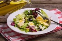 Mistura da salada verde, ainda vida no fundo de madeira rústico Fotos de Stock