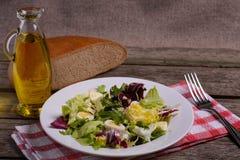 Mistura da salada verde, ainda vida no fundo de madeira rústico Imagem de Stock