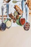 Mistura da vista superior de especiarias e ervas diferentes, cozinheiro e ingredientes da culinária na tabela com a decoração da  Foto de Stock Royalty Free