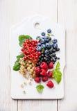Mistura de bagas frescas com folhas imagem de stock