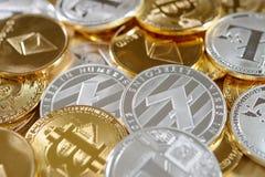 Mistura de bitcoins dourados e de prata, litecoins e moedas do ethereum Fotos de Stock