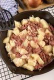Mistura de carne em lata cozinhada em uma bandeja do ferro fundido Fotos de Stock