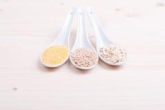Mistura de cereais diferentes no alimento dietético da placa Foto de Stock Royalty Free