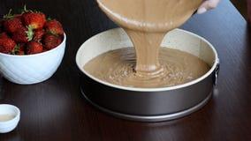 Mistura de derramamento do bolo de chocolate na lata Fazendo a massa de pastelaria vídeos de arquivo