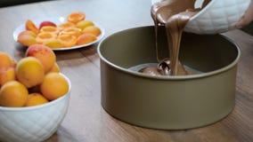 Mistura de derramamento do bolo de chocolate na lata Fazendo a massa de pastelaria filme