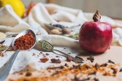 Mistura de especiarias e de ervas diferentes, cozinheiro e ingredientes da culinária na tabela com a decoração da folha de louro  Fotografia de Stock Royalty Free