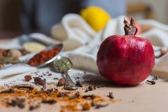 Mistura de especiarias e de ervas diferentes, cozinheiro e ingredientes da culinária na tabela com a decoração da folha de louro  Foto de Stock Royalty Free