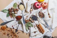 Mistura de especiarias e de ervas diferentes, cozinheiro e ingredientes da culinária na tabela com a decoração da folha de louro  Foto de Stock