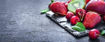 Mistura de frutos e de bagas suculentos do verão Morango, cereja, quivi foto de stock