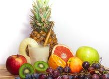 Mistura de frutos frescos e de suco orgânicos no fundo de madeira e branco Fotos de Stock Royalty Free