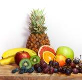 Mistura de frutos orgânicos frescos no fundo de madeira e branco Foto de Stock Royalty Free