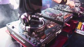 Mistura de giro do DJ do homem na plataforma giratória no clube noturno Fumo iluminação Mostre o rock and roll in camera vídeos de arquivo