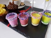 Mistura de mistura do mixeddrink do cocktail da bebida da bebida dos tiros da cor Foto de Stock