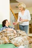 Mistura de oferecimento do empregado do lar de idosos para amadurecer o paciente Imagem de Stock Royalty Free