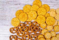 Mistura de petiscos: pretzeis, biscoitos, cookies Imagem de Stock Royalty Free