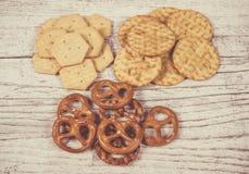Mistura de petiscos: pretzeis, biscoitos, cookies Foto de Stock