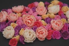 A mistura de rosa e rosess plásticos falsificados do pêssego de mini floresce o espaço preto da cópia do fundo Ofício, arte, conc imagens de stock