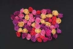 A mistura de rosa e rosess plásticos falsificados do pêssego de mini floresce o espaço preto da cópia do fundo Ofício, arte, conc fotografia de stock royalty free