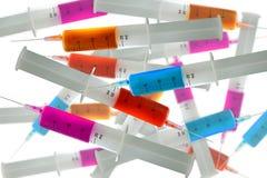 Mistura de seringas com líquidos Fotografia de Stock Royalty Free