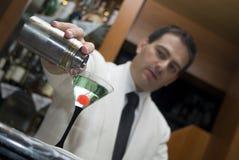 Mistura de um cocktail fotografia de stock royalty free