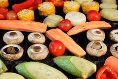 Mistura diferente dos vegetais no fundo quente da grade do BBQ Fotos de Stock Royalty Free