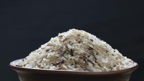 Mistura do arroz em um vaso filme