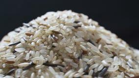Mistura do arroz em um vaso video estoque