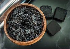 Mistura do cachimbo de água de cigarro do ofício na bacia do shisha Imagem de Stock