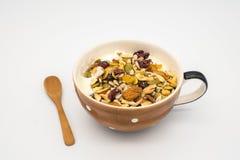 Mistura do cereal com iogurte imagem de stock royalty free