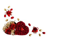 A mistura do dia do ` s do Valentim de chocolates na forma dos corações no coração deu forma à caixa no fundo branco Imagens de Stock Royalty Free