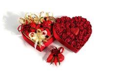 A mistura do dia do ` s do Valentim de chocolates na forma dos corações no coração deu forma à caixa no fundo branco Fotografia de Stock Royalty Free