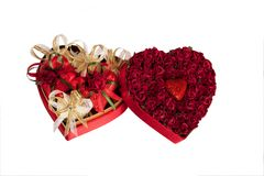 A mistura do dia do ` s do Valentim de chocolates na forma dos corações no coração deu forma à caixa no fundo branco Imagem de Stock Royalty Free