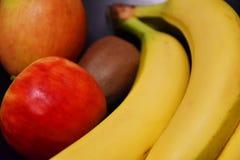 Mistura do fruto - quivis das maçãs das bananas fotos de stock royalty free