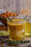 mistura do gengibre do mel do espinheiro cerval de mar no vidro com canela Fotos de Stock Royalty Free